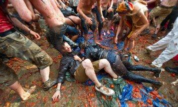 FOTOD: Muda silmini ja vesi põlvini! Glastonbury festival pole saanud veel alatagi, kui upub juba porisse