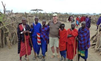Tansaanias koos kohalike masaidega. Riho-Bruno soovis suguharu ühe liikmega pilti teha, aga sai viis pealekauba.