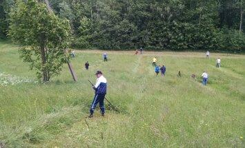 FOTOD: Haanjas toimus vikatiga niitmise võistlus, mõõtu võeti ka saapaviskes