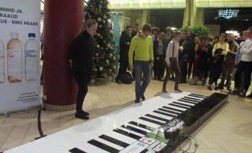 VIDEO: Tallinna koolide õpilased võtsid omavahel mõõtu! Mängiti Eesti ainukest hiidklaverit