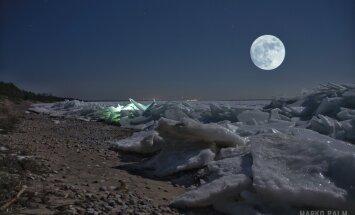 KAUNID FOTOD SAAREMAALT: Rüsijää hunnikud Mändjala rannas muudab kuuvalgus kordumatuks vaatepildiks