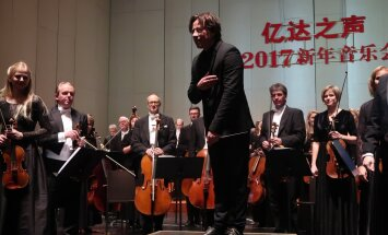 ERSO esimene kontsert Dalianis. Kristjan Järvi tänab publikut.