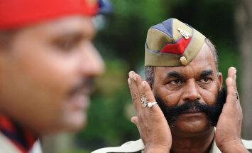 Индийским полицейским запретили улыбаться туристам
