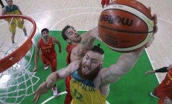 Austraalia korvpallurit Aron Baynesi üritab takistada Hispaania keskmängija Pau Gasol.