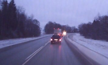 VIDEO: Tallinna-Tartu maanteel saab veok pimedas kurvis vaevu sõiduautost mööda