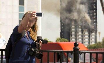 О времена, о нравы! Лондонцев возмутили селфи туристов на фоне сгоревшего небоскреба