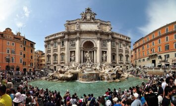 Туристам в Риме хотят запретить останавливаться у фонтана Треви