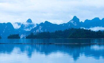 Järve ümbritsevatest mäetippudest kõrgemad on 900 meetrit ja alailma uttu mässitud.