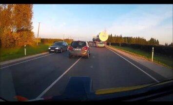 LUGEJA VIDEO: Mõtlematu autojuht teeb ohtlikke manöövreid ja sõidab kahe sõidurea vahel