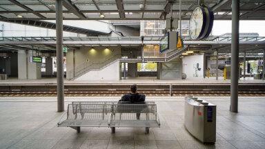 Foto on illustratiivne. Reisija ootamas rongi