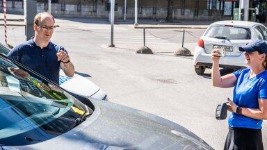 EuroParki tegevjuht Karol Kovanen ja parkimiskontrolör on avastanud ühe parkimisreeglite rikkuja.