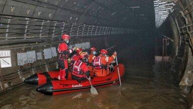 Hiinas Zhengzhou linnas kaotas vähemalt 12 inimest elu, kui metrootunnelitesse jõudnud vesi ujutas üle ooteplatvormid ja tungis vagunitesse.