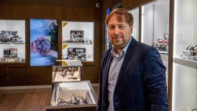 """Megaforti üks omanikke Indrek Peterson ütleb, et Šveitsi kellad lähevad eriti hästi kaubaks. """"Nõudlus on isegi suurem kui pakkumine. Võiks müüa rohkem, kui saaks tehasest kätte,"""" selgitab ta."""