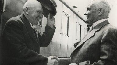 KOHE NÄHA, ET VANAD SÕBRAD: Eesti riigivanem Konstantin Päts (paremal) tervitab Soome presidenti Pehr Evind Svinhufvudi Toila jaamas.