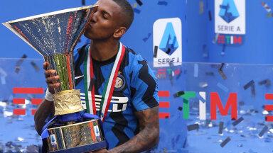 Ashley Young Serie A tiitlit tõstmas.