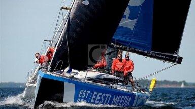 Sven Nuutmann (paremalt teine päikeseprillidega) on müügile pandud avamerepurjeka kapten.