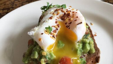 РЕЦЕПТ | Тост с гуакамоле и яйцом пашот. Рецепт изысканного завтрака для любимых мам от таллиннского повара и блогера RusDelfi