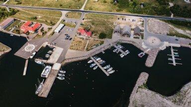 Orjaku sadamas on sadamakaid nii külalistele kui ka kohalikele kaluritele. Külaseltsi eestvedamisel on ehitatud uhke külamaja, võrgukuurid, abihooned ja saunad ning ürituste korraldamiseks ka eraldi saalimaja.