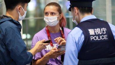 Kristsina Tsimanovskaja koos Jaapani politseinikega Tokyo lennujaamas