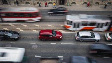2019. aastal tegi oma igapäevaseid sõite autoga 377 000 eestlast. 19 aastat varem oli selliseid inimesi ligi poole vähem, 194 000.