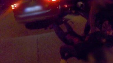 VIDEO | Vaata, kuidas politsei arvatava narkodiileri autost välja rebib ja asfaldile väänab