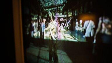"""""""Tantsides Peckhamis"""" on 25-minutiline video, milles kunstnik Gillian Wearing tantsib rahvarohkes ostukeskuses kujuteldava muusika järgi."""