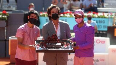 Carlos Alcaraz (vasakul) sai sünnipäeva tähistada Rafael Nadali enda vastu võisteldes.