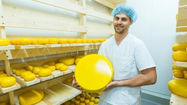 """""""Meil on erinevaid mahemaitseid üle saja,"""" teatab taluperemees Viljar Veidenberg, kes on ka väljaõppinud juustumeister."""
