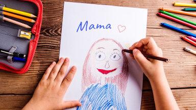 """ГОЛОСОВАНИЕ   """"Милой мамочки портрет"""": голосуйте за юных художников и их прекрасных мам. Кто выиграет подарок к Дню матери от Delfi и BLUMMiN?"""