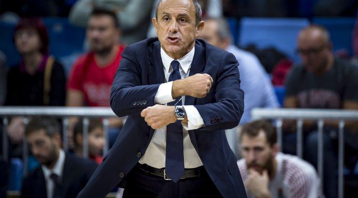 VIDEO   Milano peatreener kukkus pressikonverentsil tooli pealt maha ning kahtlustas kättemaksu