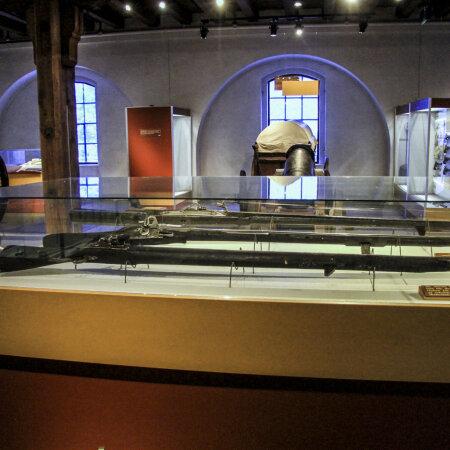 Muuseum on eriti uhke oma relvakollektsiooni üle, sest paljusid tapariistu pole mujal maailmas kuskil säilinud.