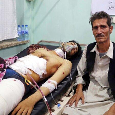 LIHTSA AFGAANI ÄNG: Ka need, kes Kandahari plahvatuses ellu jäid, on üliraskes seisus haiglas. Ohvrite lähedaste jaoks pole see üldjuhul esimene kord haavatute kätt hoida.