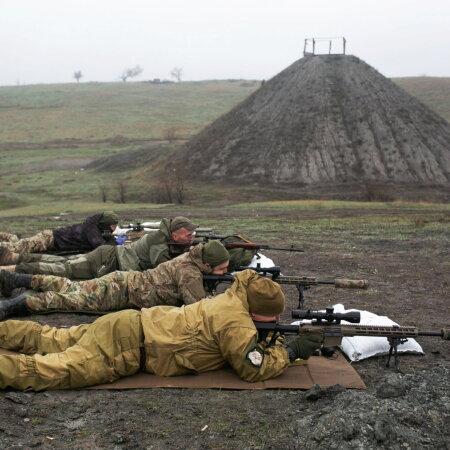 VALMISTUVAD SISSETUNGIKS: Ukraina ühendatud relvajõudude snaiprite treening Marinka lähistel.