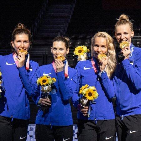 Eestlannad olümpiakulda tähistamas.