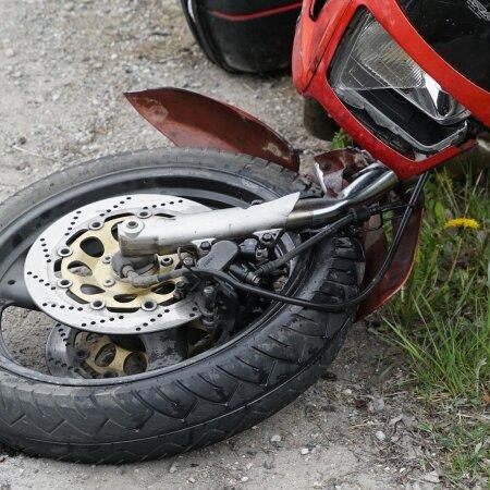 Мужчина на мотоцикле попытался поднять переднее колесо, но упал и оказался в больнице
