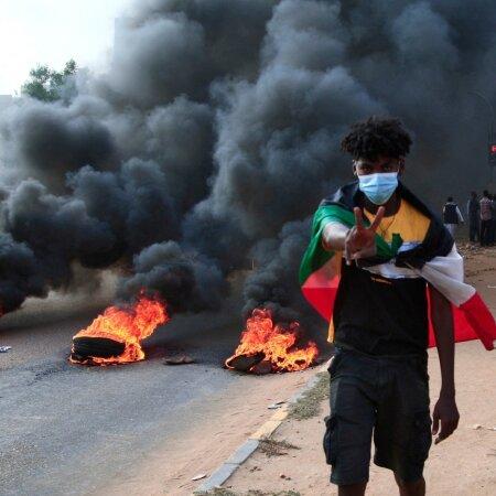 Laiali saadetud valitsuse kutsel kogunesid pealinna tänavatele meeleavaldajad, keda sõjavägi kostitas kuulidega.
