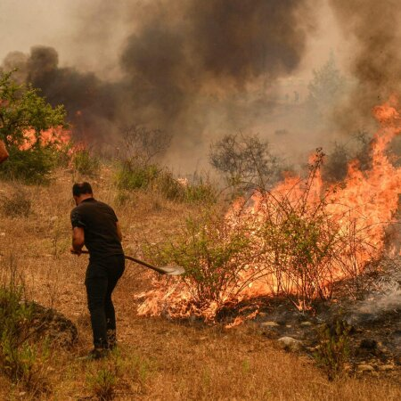 ФОТО и ВИДЕО | В Турции масштабные лесные пожары добрались до курортной зоны. Началась эвакуация туристов