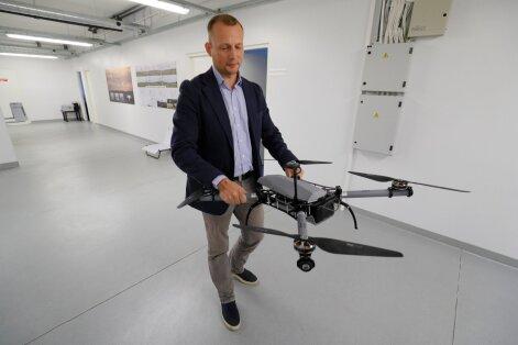 Sellised multirootor-UAV-d hakkavad teenima Kasahstani ja Kreeka politseinikke, piirivalvureid ja päästjaid, näitab Villiko Nurmoja. Droon mahub seljakotti. 40-minutisest lennuajast piisab, et saada ülevaade ohtlikust situatsioonist, piirilõigust või kahj