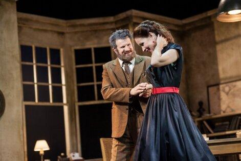 Professor Lindeni (Hannes Kaljujärv) ja tütar Marioni (Piret Laurimaa) taaskohtumisel leitud õnn ei jää püsima.