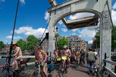Hea linnaruum ei tule tasuta kätte. Amsterdamis toimunud alasti ratturite meeleavaldus juhtis tähelepanu ratturite turvalisusele ning nafta, autode ja taastumatu energia kasutamise negatiivsetele mõjudele.