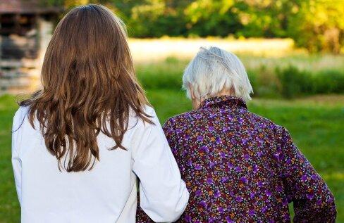 Hooldushaiglas istus mu ema tühja pilguga, rohtude võtmisest nägu paistes ega teinud vahet, kas on öö või päev. Otsustasime perega: ta kolib meile!