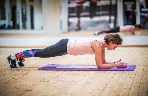1. plank – küünartoenglamang. Toeta jalad põrandale, aseta kõverdatud käed matile ja tõsta puusad. Hoia asendit vähemalt 30 sekundit, seejärel puhka – tule uuesti põlvili ja raputa käsi. Korda harjutust.