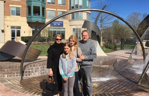 Ülle ja Peter tütardega koduses McLeanis, Virginias.