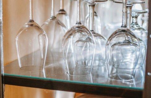 Kas klaasid ja kruusid tuleks riiulisse panna põhi üles või allapoole? Ja kas sel üldse on tähtsust? Loe, mida ütleb ekspert!