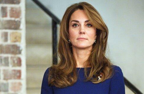Klassikaline tumesinine on alati olnud ka kuninglik värv, mis sümboliseerib konservatiivsust ja tasakaalu. Seepärast kannavad ka kuningliku perekonna naised seda värvi palju. Fotol on Cambridge'i hertsoginna Kate Middleton elegantselt ranges tumesinises kleidis.