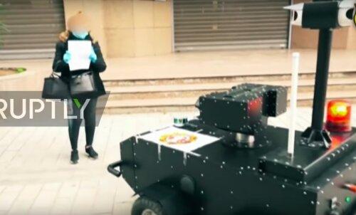 VIDEO | Tuneesias kontrollivad robotid, kuidas inimesed isolatsioonireeglitest kinni peavad