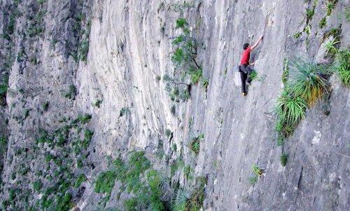 VIDEO: Vaata, kuidas käib üks karminaid julgestuseta kaljuronimisi peaaegu siledal 762-meetrisel kaljuseinal
