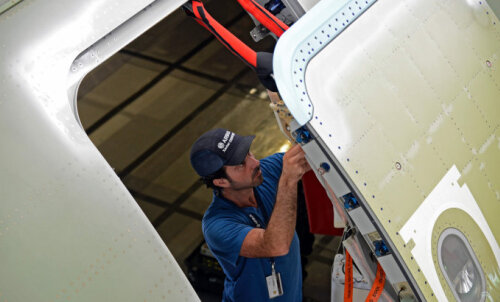 Реально ли открыть дверь в салоне самолета в воздухе и что после этого случится?
