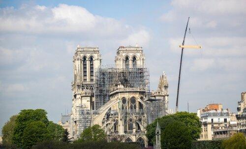 DELFI В ПАРИЖЕ: К пережившему сильный пожар Собору Парижской Богоматери несут цветы