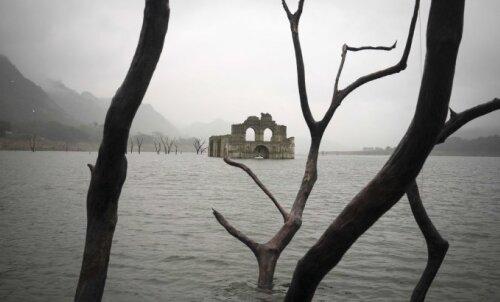 FOTOD ja VIDEO: Ekstreemne ilm pani kiriku jõest välja tõusma